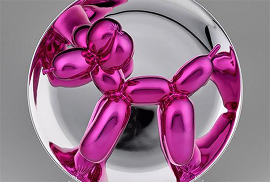 """Ein Hund auf dem Präsentierteller - """"Balloon Dog (Magenta)"""" aus Porzellan: Entscheidend ist die spiegelnde Oberfläche, weil sie den Betrachter einbezieht. Quelle: Ivo Faber/Breckner"""
