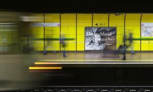 Katharina Sieverding Deutschland wird deutscher 2017, Plakatierung U-Bahn Heussallee / Museumsmeile, Bonn © Katharina Sieverding, VG Bild-Kunst, Bonn 2017 Foto: David Ertl © Kunst- und Ausstellungshalle der Bundesrepublik Deutschland GmbH