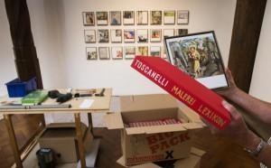 Foto: Volkmar Könneke. Die Leinwände verschickt der Künstler in Schubern, die ebenfalls sorgfältig der Enzyklopädie nachempfunden sind.
