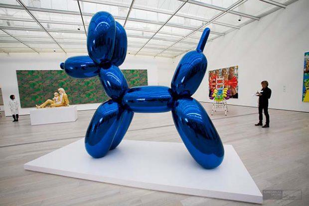Jeff Koons riesengroßer 'Balloon Dog' (1994-2000) 2008 im neu eröffneten The Broad Contemporary Art Museum