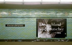 Katharina Sieverding, Deutschland wird deutscher XLI-92, 1992, Installationsansicht, Plakatierung U-Bahn Alexanderplatz Berlin, 30. April bis 12. Mai 1993 © Katharina Sieverding, VG Bild-Kunst, Bonn 2017 © Foto: studio111a