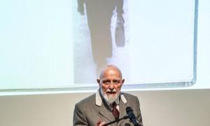 Markus Lüpertz mit einem Bild von Günter Grass im Hintergrund. © FOTO: hjba
