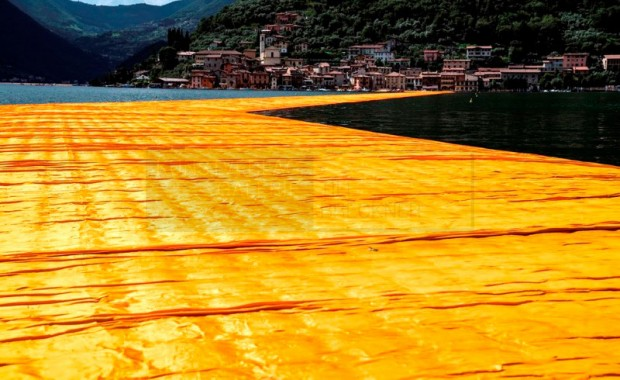 Christo & Jeanne-Claude - The Floating Piers. Fotografie von Wolfgang Volz, 70x100 cm, Auflage 7 Exemplare © 2016, Wolfgang Volz