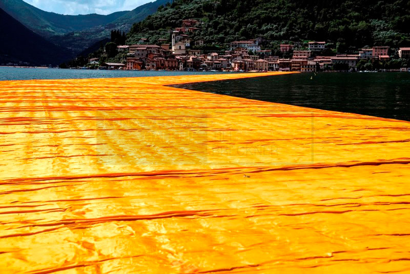 Christo & Jeanne-Claude - The Floating Piers, Fotografie von Wolfgang Volz, 70x106 cm, Auflage 7 Exemplare © 2016, Wolfgang Volz