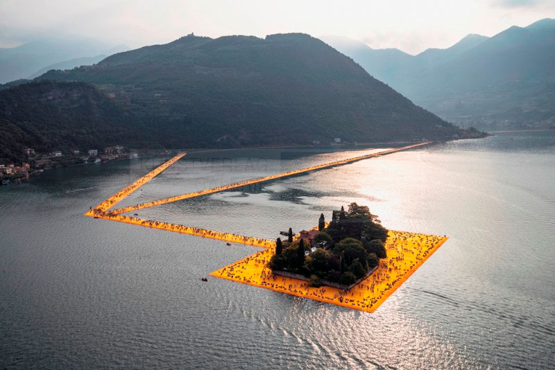 Christo & Jeanne-Claude - The Floating Piers. Fotografie von Wolfgang Volz, 72x108 cm, Auflage 7 Exemplare © 2016, Wolfgang Volz