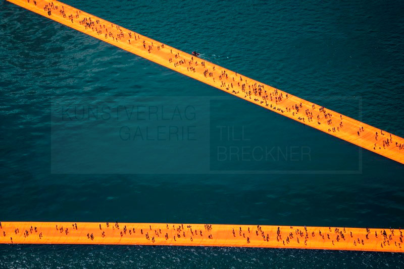 Christo & Jeanne-Claude - The Floating Piers. Fotografie von Wolfgang Volz, 70x107 cm, Auflage 7 Exemplare © 2016, Wolfgang Volz