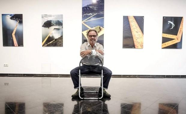 """Der Fotograf Wolfgang Volz stellt in der Galerie Breckner seine Bilder von Christos Aktion """"Floating Piers"""" am Lago d'Iseo aus. © Rheinsiche Post, FOTO: Andreas Bretz"""