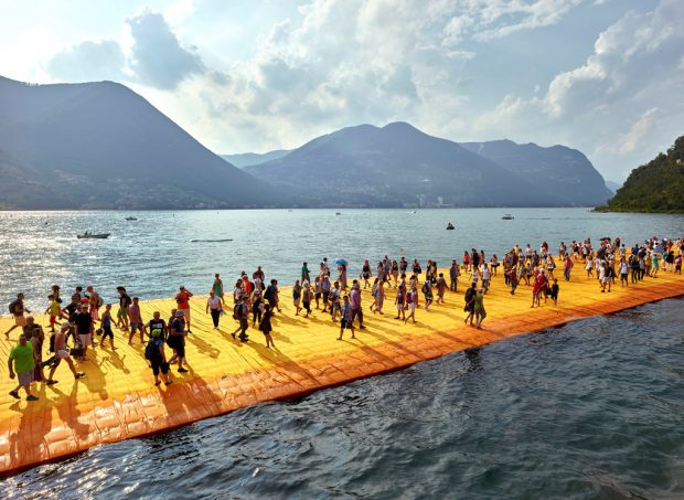 Christo & Jeanne-Claude – The Floating Piers, Fotografie von Wolfgang Volz, 72×102 cm, Auflage 7 Exemplare © 2016, Wolfgang Volz