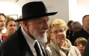 Der Künstler Markus Lüpertz im Kreis seiner Bewundererschar bei der Vernissage seiner neuen Ausstellung in der Galerie am Saumarkt. Foto: Stefan Kümmritz