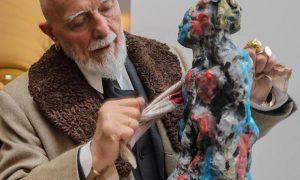 Der Künstler legt Hand an: Markus Lüpertz wienert im KSI eine seiner Skulpturen. Foto: MEIKE BÖSCHEMEYER