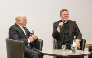 Heinz Mack mit Domkapitular Dominik Meiering