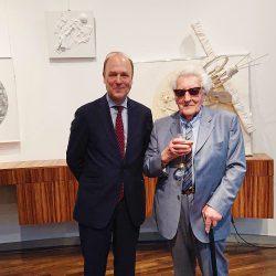 Willem van de Voorde, Botschafter des Königreichs Belgien in Berlin, und der Künstler Paul Van Hoeydonck.