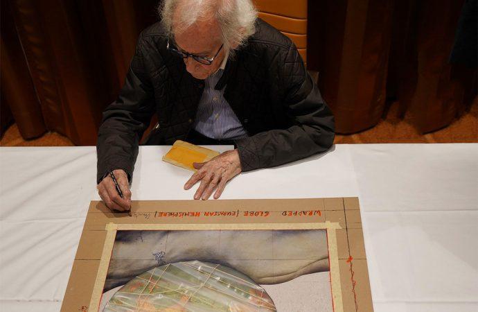 Christo hat jedes Exemplar seiner neuen Edition »Wrapped Globe (Eurasian Hemisphere)« von Hand signiert, nummeriert und datiert.