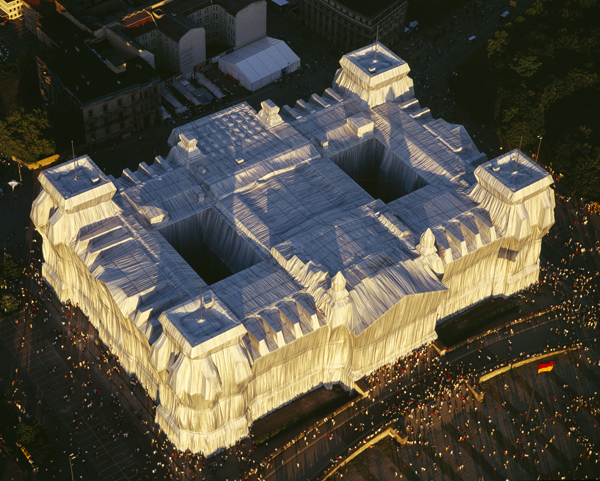 Christo and Jeanne-Claude, Wrapped Reichstag, Berlin 1971-95, Foto: Wolfgang Volz ©1995 Christo