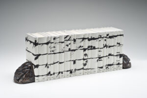 Günther Uecker Unalphabetische Zeilen – Nobelpreisbibliothek Skulptur 2012