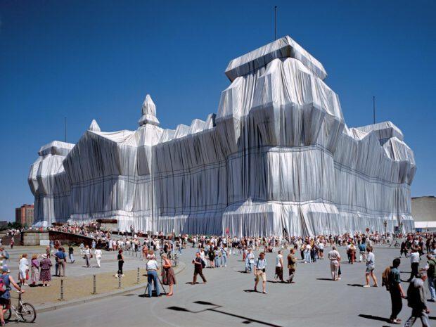 Christo und Jeanne-Claude, Wrapped Reichstag, Foto Wolfgang Volz, Kunstverlag Till Breckner