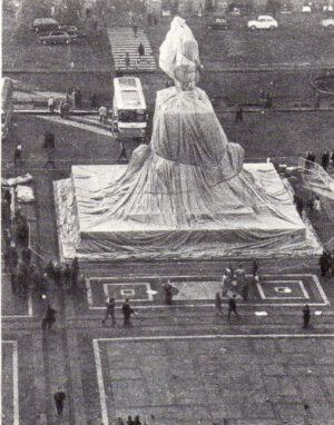 Christo und Jeanne-Claude W.M. 4 – Wrapped Monument to Vittorio Emanuele Fotografie 1975