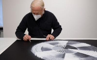 Heinz Mack bei der Signatur der Suite Terzett in der Galerie Breckner